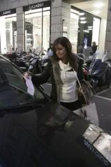 Shopping al centro di Milano per la Folliero: i vigili multano la sua auto